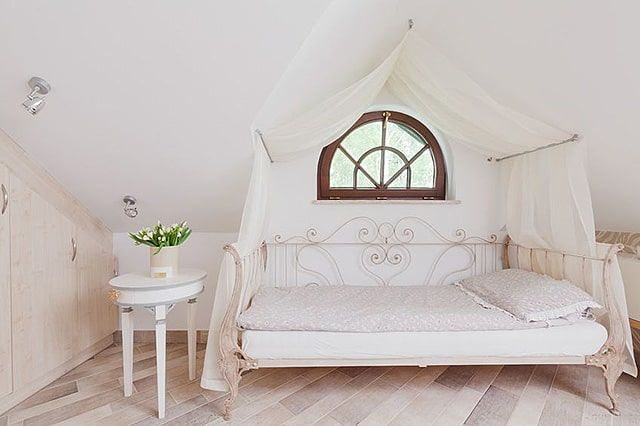 Yes a monochromatic palette will make the space appear bigger but a full canopy bed might not fit ... : designer-canopy-beds - designwebi.com